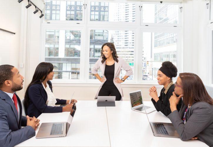 Konsulter i möte
